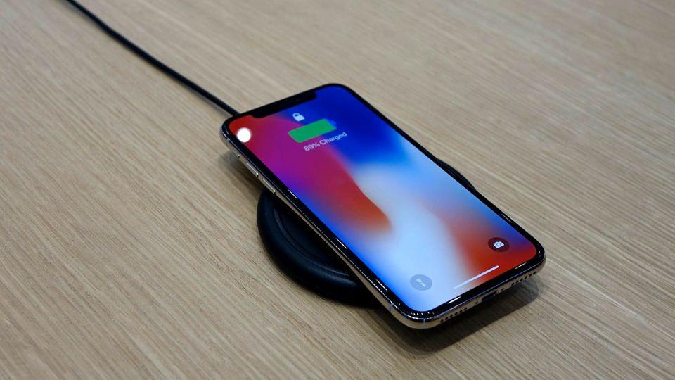 Das iPhone X auf einem herkömmlichen Qi-Charger.