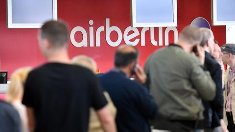 Schlange vor einem Air-Berlin-Schalter