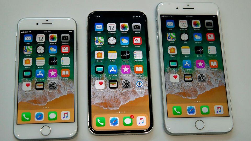 iPhone X, iPhone 8 und iPhone 8 Plus liegen nebeneinander auf einem Präsentationstisch