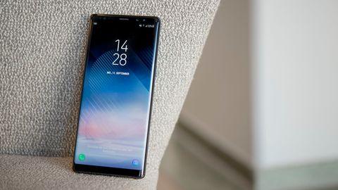 Das Samsung Galaxy Note 8 lehnt an einer stoffbezogenen Stuhllehne