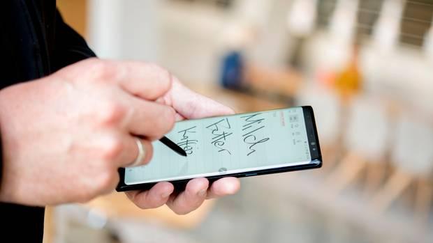 Eine Hand macht mit dem S-Pen Notizen auf dem Samsung Galaxy Note 8