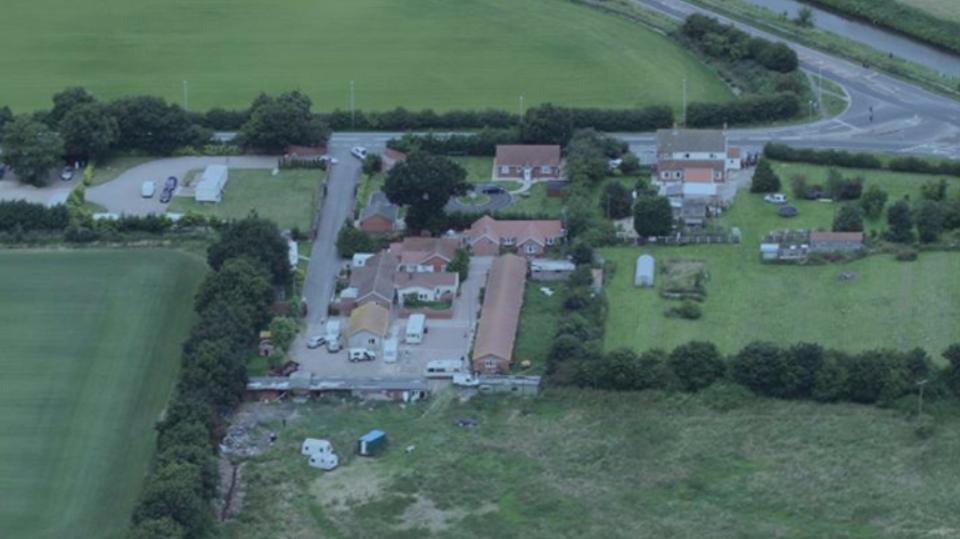 Auf diesem Gelände in Drinsey Nook, Lincolnshire, lebten die Opfer und Teile des Familienclans
