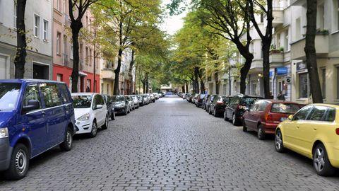Man sieht das Problem: In jedem Haus wohnen mehr als 30 Personen, Platz ist aber nur für drei Autos.