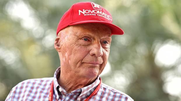 Niki Lauda im Portrait mit roter Baseballkappe - Er will Teile von Air Berlin übernehmen