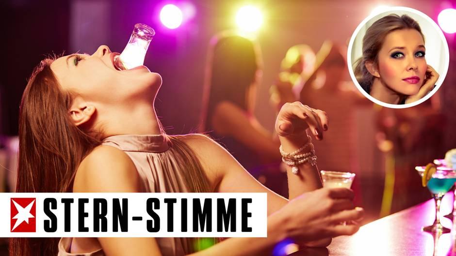 Eine Frau trinkt Schnaps an einer Bar