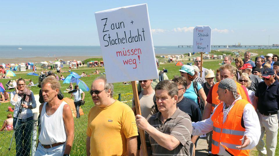 """""""Zaun und Stahldraht müssen weg"""" - Protest gegen abgezäunten Strand in Wangerland"""