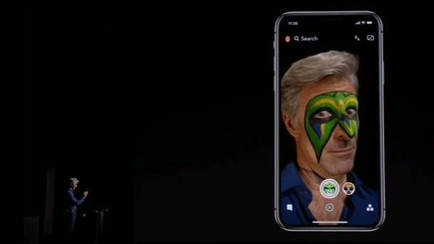 Apple-Manager Craig Federighi bekommt vom iPhone X eine Wrestling-Maske verpasst