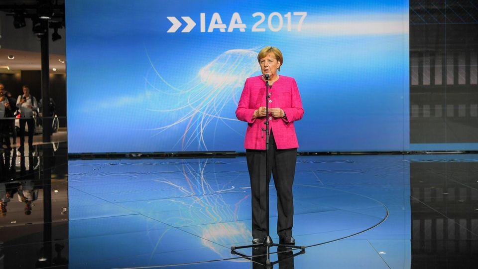 Angela Merkel besuchte auf dem Eröffnungs-Rundgang der IAA in Frankfurt mehrere Aussteller