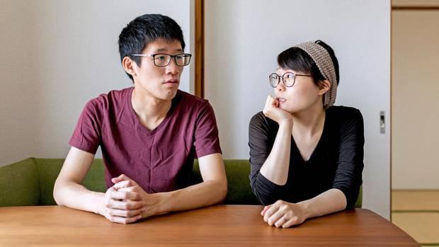 Naotomo (l.) und Saki reden oft über Geld und schreiben alles auf: er verdient, sie verwaltet.