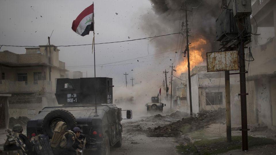 Auseinandersetzung mit Bomben zwischen der irakischen Armee und der Terrormiliz IS in Mossul