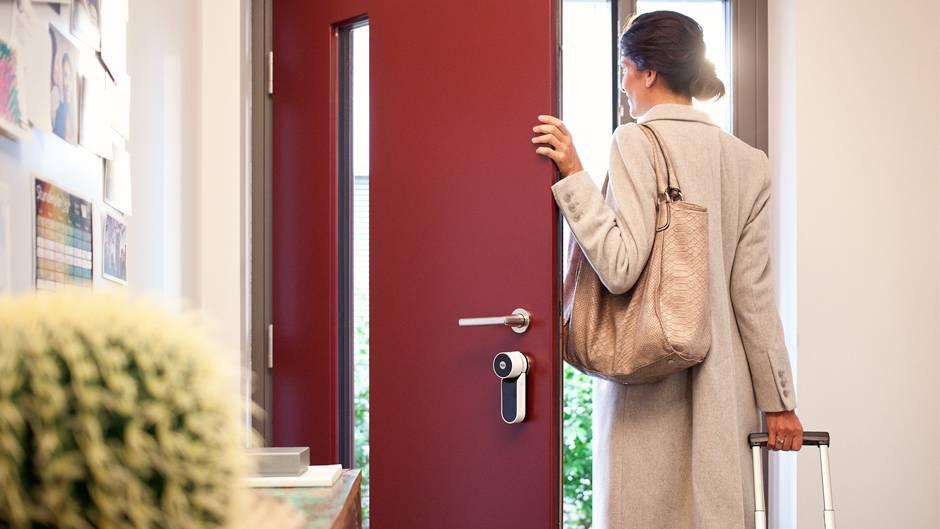 Smarte Türsensoren registrieren unerwünschte Aktivitäten während der Urlaubszeit