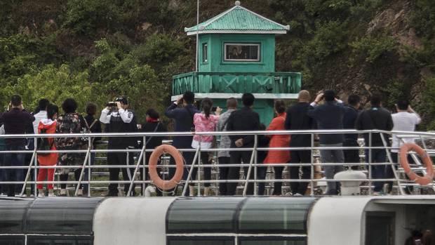 Chinesischen Touristen vor Wachturm