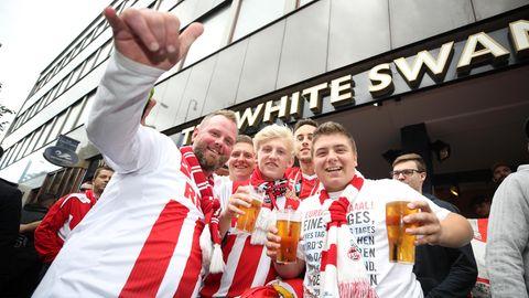 Zunächst wurde friedlich gefeiert, doch rund um den Anpfiff sorgten die Kölner Fans in London für Chaos