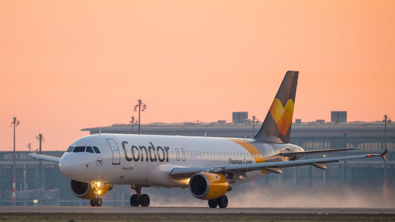 Ein Airbus der Fluggesellschaft Condor startet vom Berliner Flughafen