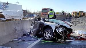 """Das Auto des Falschfahrers wurde regelrecht zerfetzt, von einem """"Trümmerfeld"""" sprach die Polizei"""