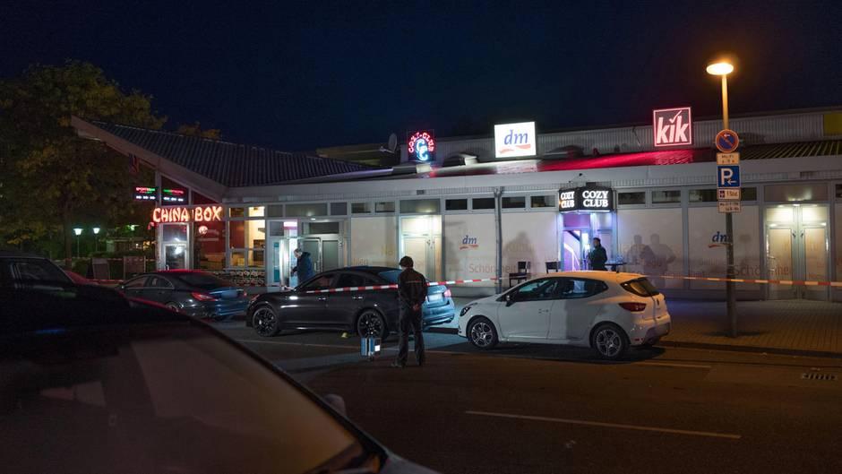 Polizeibeamte sichern nach einer Schießerei Spuren vor einer Diskothek am in Berlin-Hohenschönhausen