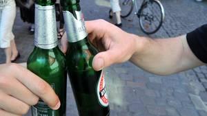Ein Vater in Rheinland-Pfalz wollte feiern, sich betrinken - und gleichzeitig auf seinen Sohn aufpassen. Das ging schief (Symbolbild).