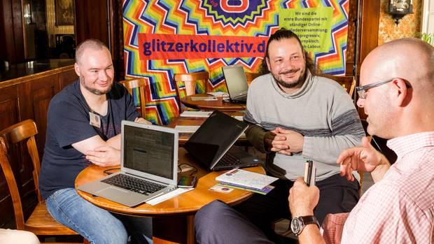 """Jan Schrecker (l.) und Jörg Preisendörfer vom """"Glitzerkollektiv"""" im Gespräch mit Jo Roesler (r.) von """"Demokratie in Bewegung"""""""