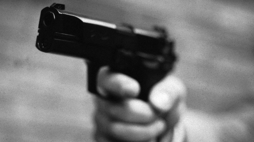 Ein Hand hält eine Pistole (Symbolbild)