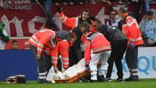Christian Gentner vom VfB Stuttgart wird nach dem Zusammenprall auf einer Trage abtransportiert