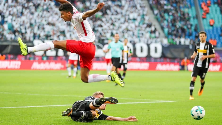 Spieler von RB Leipzig und Borussia Mönchengladbach im Kampf und den Ball in der Bundesliga