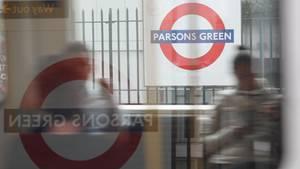 Bei dem Anschlag am Freitag in London war eine selbstgebaute Bombe ineiner voll besetzten U-Bahn nahe der oberirdischen HaltestelleParsons Green explodiert. Inzwischen wurde Parsons Green wieder freigegeben.