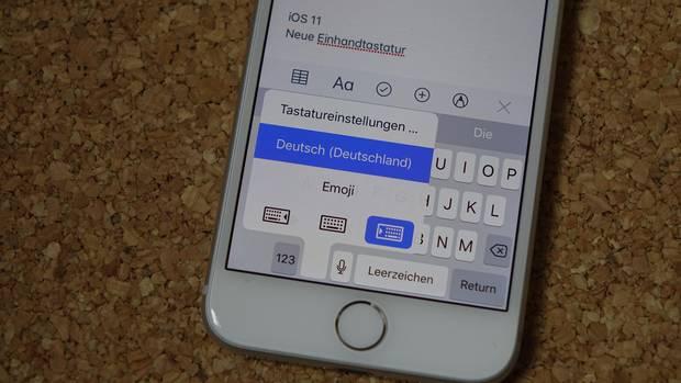 Ein langer Druck auf das Emoji aktiviert die Einhandtastatur