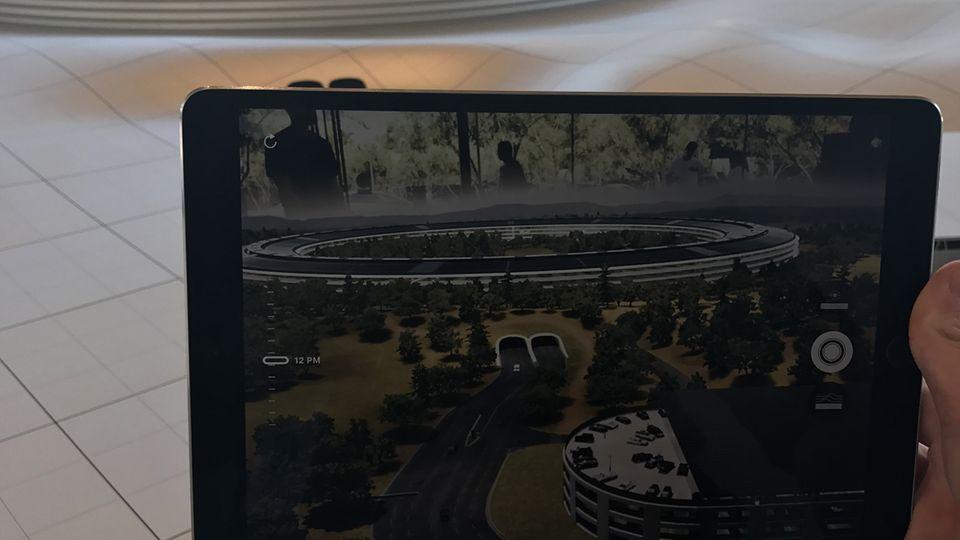 Mit Augmented Reality sind viele kreative Dinge möglich. Apple zeigt im neuen Apple Park etwa ein Modell des neuen Firmengeländes, via AR-App kann man sich das Gelände auf dem iPad ansehen und etwa das Dach des Gebäudes hochziehen.