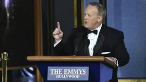 Sean Spicer hinter seinem fahrbaren Publikum auf der Bühne der Emmy-Gala