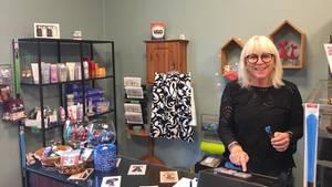 Die Projektleiterin Annette Søby steht in einem Laden im Alzheimer-Dorf in Svendborg