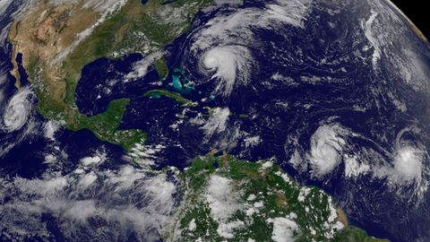 Weltkarte mit mehreren Hurrikans zu sehen - NASA Aufnahme aus dem Weltraum