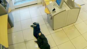 Ein Mann liegt in Essen im Vorraum einer Bank