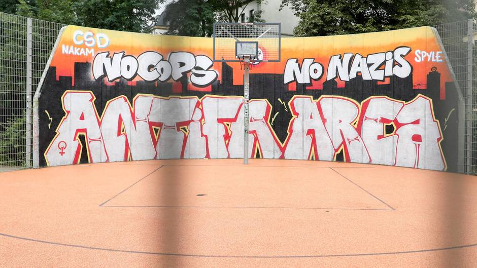 Um ein Anfifa-Grafitto in Leipzig-Connewitz liefern sich Polizei und linke Aktivisten ein Katz-und-Maus-Spiel