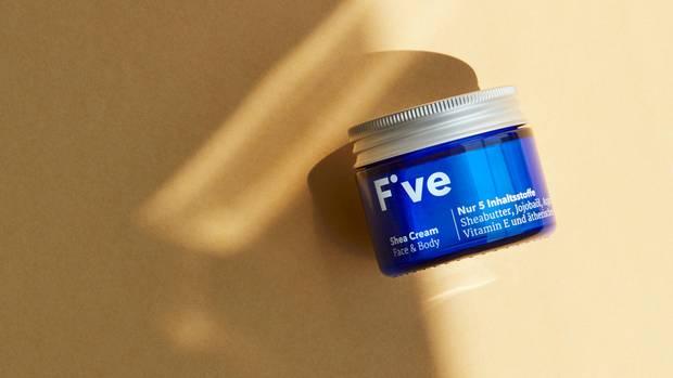 Erstes Produkt im Test: Shea Cream Face & Body  Das steckt drin:Sheabutter, Jojobaöl, Arganöl und ätherisches Neroliöl (alle in Bio-Qualität). Außerdem Vitamin E, das als Radikalfänger dienen soll. Die Hautpflege soll den Feuchtigkeitshaushalt der Haut regulieren, die Haut beruhigen, Juckreiz lindern und glättend wirken.    So wird es angewendet: Die Creme eignet sich laut Hersteller für Gesicht, Körper und Hände. Die Creme ist recht ergiebig und sollte sparsam auf die feuchte Haut aufgetragen werden. In Kombination mit Feuchtigkeit zieht sie angeblich besser ein.  So schneidet das Produkt im Test ab: Die Textur der Creme ist erwartungsgemäß schwer, aber schön cremig. Der Duft der Creme ist süß, leicht herb und erinnert an Baumharz. In jedem Fall ein Duft, der sich angenehm vom Kosmetik-Allerlei abhebt. Als Nachtpflege ist die Creme perfekt, sie zieht gut ein und die Haut fühlt sich am kommenden Morgen schön weich an. Als Tagespflege dürfte sie mancher Anwenderin zu schwer und reichhaltig sein.  Das soll es kosten: 22,90 Euro für 50 Milliliter  Fazit: Sicher eine gute Pflege für trockene Haut, besonders in der kalten Jahreszeit. Wer zu fettiger Haut neigt, sollte entsprechend sparsam mit der Creme umgehen. Toller Duft.