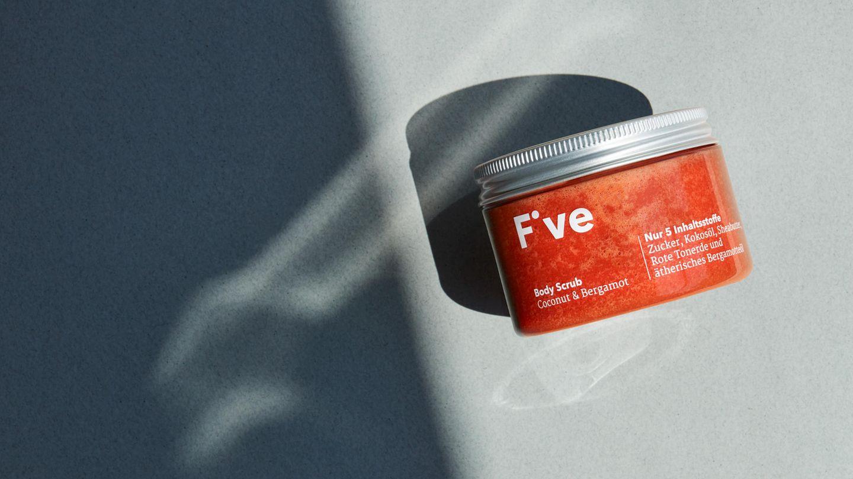 Zweites Produkt im Test: Body Scrub Coconut & Bergamot  Das steckt drin: Zucker, Kokosöl, Sheabutter (alle in Bio-Qualität), außerdem Rote Tonerde und ätherisches Bergamotteöl. Das Peeling reinigt die Haut von abgestorbenen Hautschüppchen, pflegt und hinterlässt ein glattes Hautgefühl.    So wird es angewendet: Das Peeling 1- bis 2-mal in der Woche auf die Haut auftragen, einmassieren und mit Wasser abspülen.  So schneidet das Produkt im Test ab: Der erste Eindruck ist gut - tolle Farbe, toller Geruch. Der Duft erinnert an Strandurlaub, schön süß, leicht herb. Die Zuckerkristalle sollen Hautschüppchen lösen und sind recht kantig, daher nicht zu viel Druck ausüben. Nach dem Abspülen mit Wasser bleibt ein rötlicher Fett-Film auf der Haut zurück, der beim Abtrocknen verschwindet. Besser kein weißes Handtuch verwenden!  Das soll es kosten: 22,90 Euro für 150 Gramm  Das Fazit: Ausgesprochen guter Duft, die Anwendung macht Spaß. Pflegt reichhaltig. Der Zucker könnte aber etwas feiner sein.