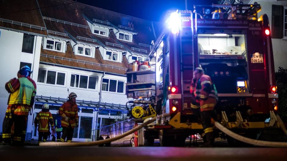Die Feuerwehr bei ihrem Einsatz in Neubulach in der Nacht. Zwei Menschen konnten die Rettungskräfte nicht mehr helfen.