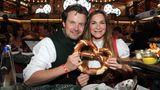 Die Schauspielerin Alexandra Kamp und ihr Lebensgefährte Michael Von Hassel feiern beim Bild-Wiesn-Stammtisch