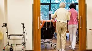 Pflegenotstand in Deutschland: Eine Pflegerin geleitet eine ältere Frau in ihr Zimmer