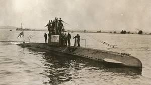 Die Mannschaft einer U-14 steht im Frühjahr 1918 am Turm des U-Bootes