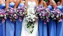 Eine Braut auf ihrer Hochzeit mit ihren Brautjungfern