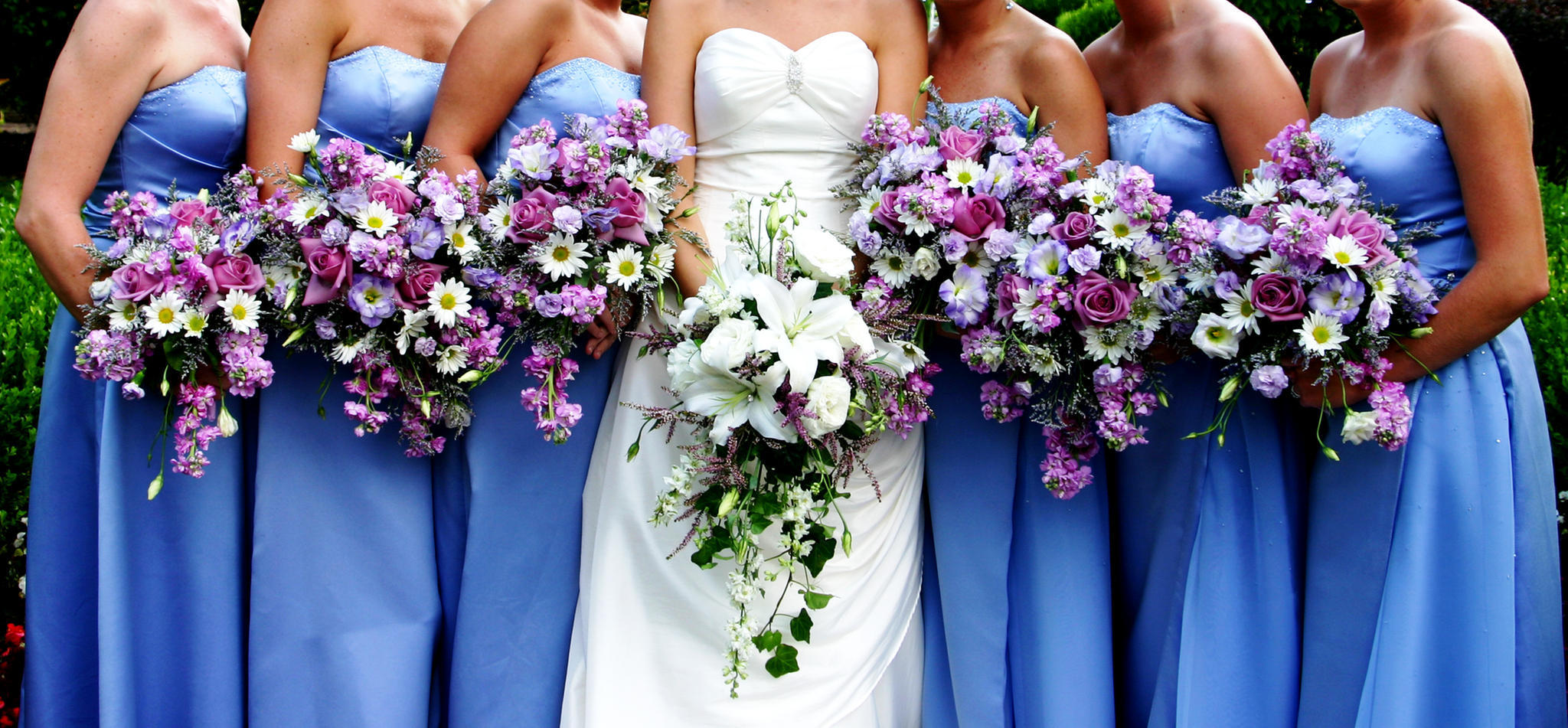 Sechs Gäste tragen auf Hochzeit das gleiche Kleid - unabsichtlich ...
