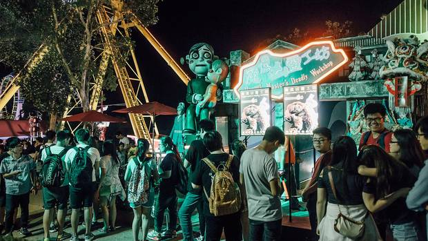 Eine Warteschlange vor einer Attraktion auf dem Halloween Festival in Ocean Park Hong Kong