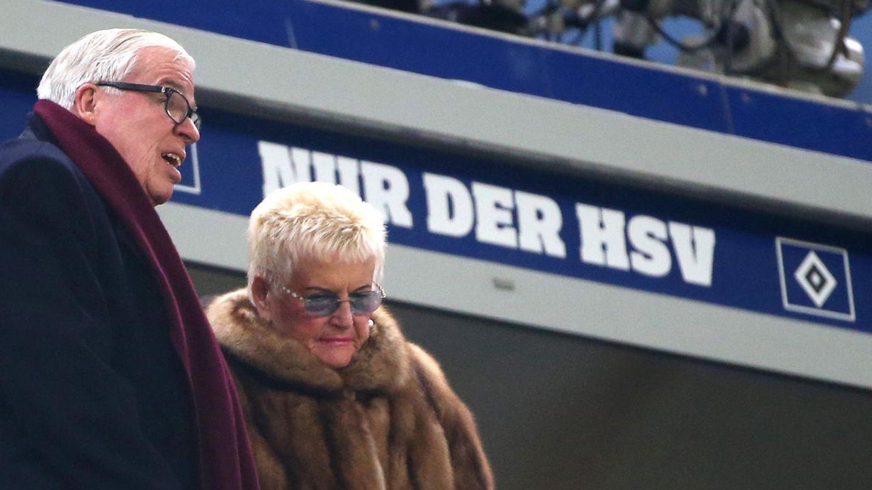 """""""Nur der HSV"""" gilt für Klaus-Michael Kühne weiterhin. Seinen Lieblingsclub finanziell unterstützen will der Unternehmer (hier mit seiner Frau Christine im Stadion) vorerst aber nicht mehr."""