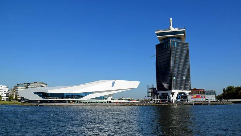 Skyline gegenüber vom Hauptbahnhofund das Wahrzeichen des Wandels: das Eye Filmmuseum und A'dam-Turm am Ij.