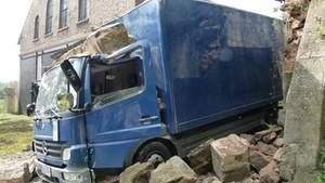 Ein Lastwagen hat in Porta Westfalica einen steinernen und unter Denkmalschutz stehenden Torbogen zum Einsturz gebracht