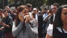 Eine Frau telefoniert, nachdem die Mitarbeiter eines Bürogebäudes in Mexiko-Stadt während des Erdbebens evakuiert wurden