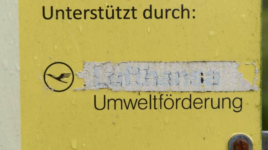 An einem Schild des Kranich-Informationszentrum in Groß Mohrdorf (Mecklenburg-Vorpommern) ist der Name der Firma Lufthansa schon überklebt.