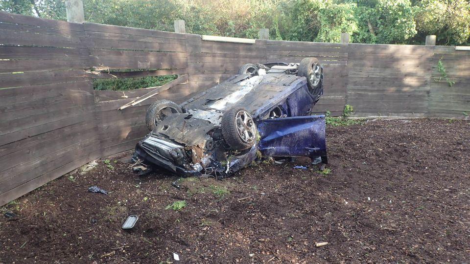 Nachrichten aus Deutschland: Der total zerstörte Wagen liegt auf einem Reitplatz
