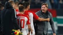 War nach Abpfiff sauer auf Daniel Baier (Rückennummer 10): RB-Leipzig-Coach Ralph Hasenhüttl (r.)