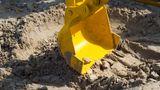 """Userin Tina über einen Schildbürger-Streich   """"Ein schöner Anblick war auch der Bagger, der mit einem Kipplaster gemeinsam das Volleyballfeld mit neuem, schönem Sand ausgestattet hat. Der fassungslose Lachanfall kam zwei Tage später. Da kamen Bagger und Laster zurück und haben den Sand wieder abgeholt."""""""